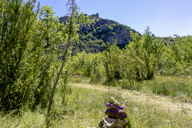 Camí de la Vall del riu Queixigar en direcció al Congost de Siscar o Congost del Queixigar amb el Castell de Falç presidint l'itinerari, Tolba, Ribagorça. Osca, Aragó. Montsec d'Estall.