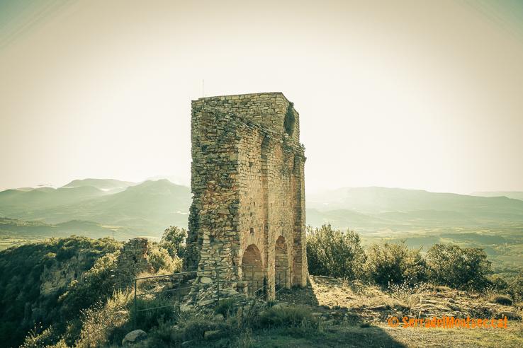 Restes de la canònica de Sant Sadurní de Llordà. Al fons, el palau-residència d'Arnau Mir de Tost. Castell de Llordà. Llorda, Isona i Conca Dellà. Pallars Jussà, Lleida. Catalunya. Conca de Tremp, Montsec de Rúbies (o de Meià).