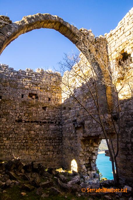 Interior de la Torre de les Conclues amb un dels arcs, encara dempeus que sostindrien els pisos superiors. Corçà, La Noguera. Lleida, Catalunya. Montsec d'Ares.