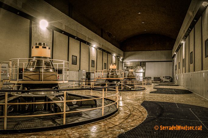 Generadors de la Presa de Canelles. Dispositiu unit a la turbina que converteix l'energia de rotació en energia elèctrica. Os de Balaguer (La Noguera) i Estopanyà (Ribagorça). Serra del Montsec.