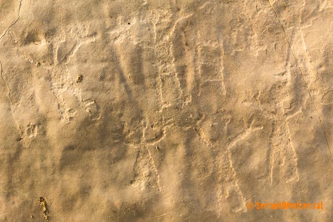 Detall de homes orants i escales dels gravats rupestres de Mas de n'Olives, Torreblanca. Ponts, Lleida. Catalunya, Montsec de Rúbies.