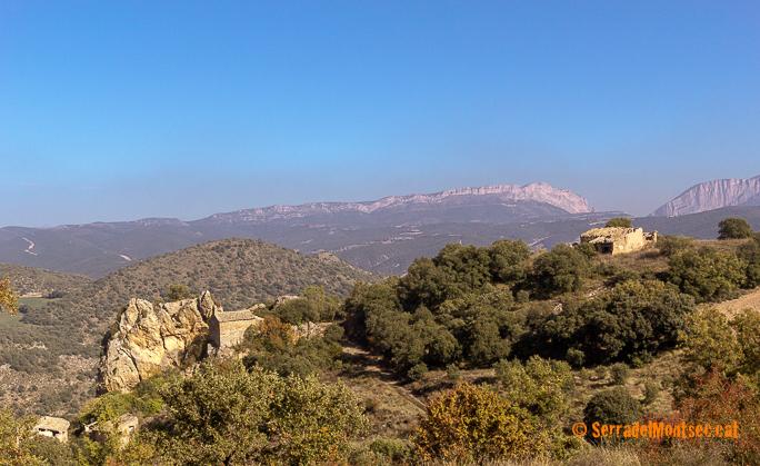 Despoblat de Soriana. Darrera, la Serra d'Espluga, i al fons el Montsec d'Ares (dreta) i el Montsec de l'Estall (esquerra) partit pel Congost de Mont-rebei. Estopanyà. La Ribagorça d'Osca. Aragó. Montsec de l'Estall.