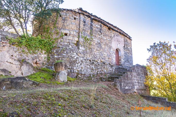 Costat nord de Santa Maria de Soriana amb part del fossar conservat. La Ribagorça d'Osca. Aragó. Montsec de l'Estall.