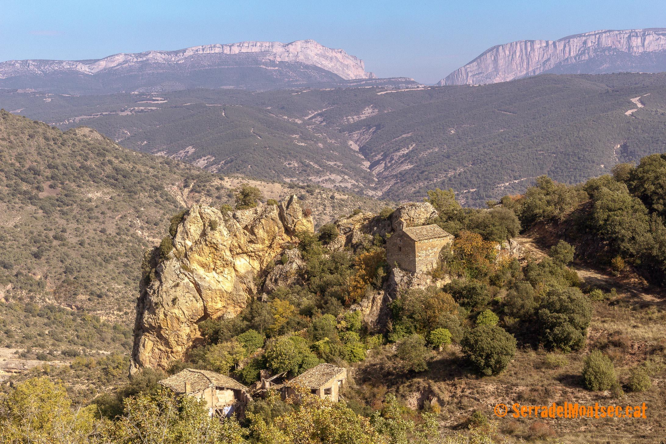 Santa Marina de Soriana, amb algunes cases en runes del barri superior del despoblat de Soriana. Darrera, la Serra d'Espluga, i al fons el Montsec d'Ares (dreta) i el Montsec de l'Estall (esquerra) partit pel Congost de Mont-rebei. Estopanyà. La Ribagorça d'Osca. Aragó. Montsec de l'Estall.