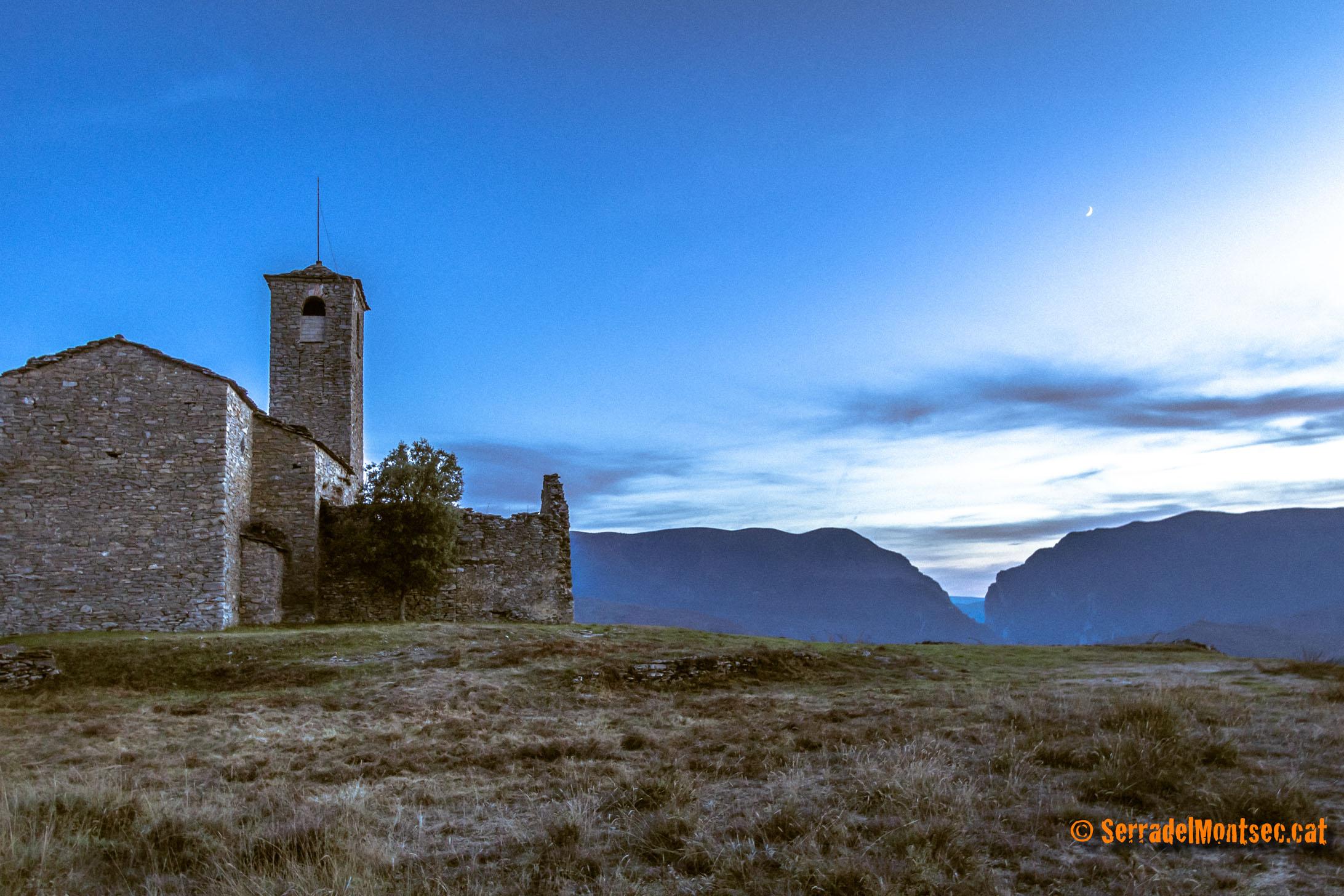 Tossal de l'Abadia amb l'església de Sant Joan Baptista i el Congost de Mont-rebei al fons, Castissent. Tremp, Pallars Jussà. Lleida, Catalunya. Montsec d'Ares.