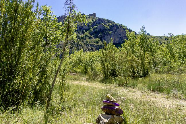 Camí de la Vall del riu Queixigar en direcció al Congost de Siscar o Congost del Queixigar amb el Castell de Falç presidint l'itinerari, Tolba, Ribagorça. Osca, Aragó. Montsec de l'Estall.