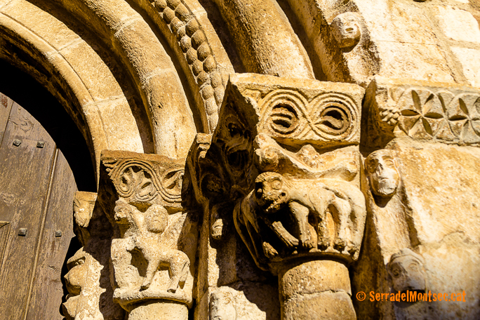 Arquivoltes de la portalada de l'església de Sant Just i Sant Pastor, de les quals la més externa està decorada amb escòcia en la qual es van tallar diferents tipus de caparrons. Tolba. Ribagorça d'Osca. Montsec d'Estall.
