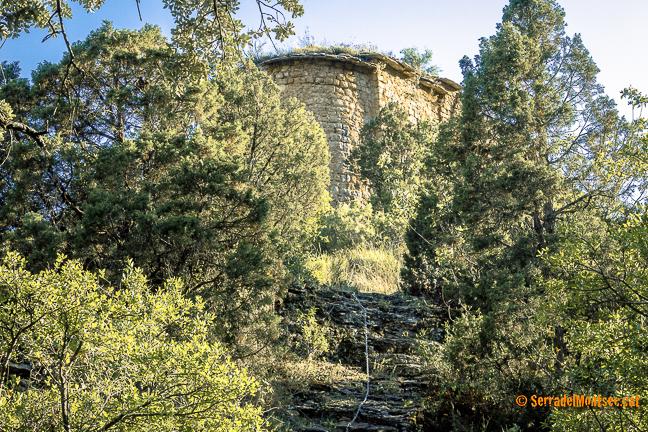 Pujada final cap a l'ermita de Sant Pere de la Vall o Sant Pere de Queralt amb tram equipat amb cadenes. Santa Linya, La Noguera. Lleida, Catalunya. Montsec.