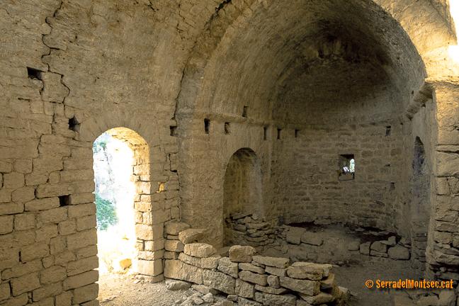 Interior de l'ermita de Sant Pere de la Vall o Sant Pere de Queralt des del Portal de Sant Pere. Santa Linya, La Noguera. Lleida, Catalunya. Montsec.