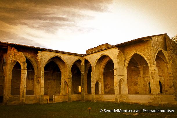 Claustre gòtic (de doble galeria, únic al món) de Sant Pere d'Àger. Àger, La Noguera. Catalunya, Montsec d'Ares.