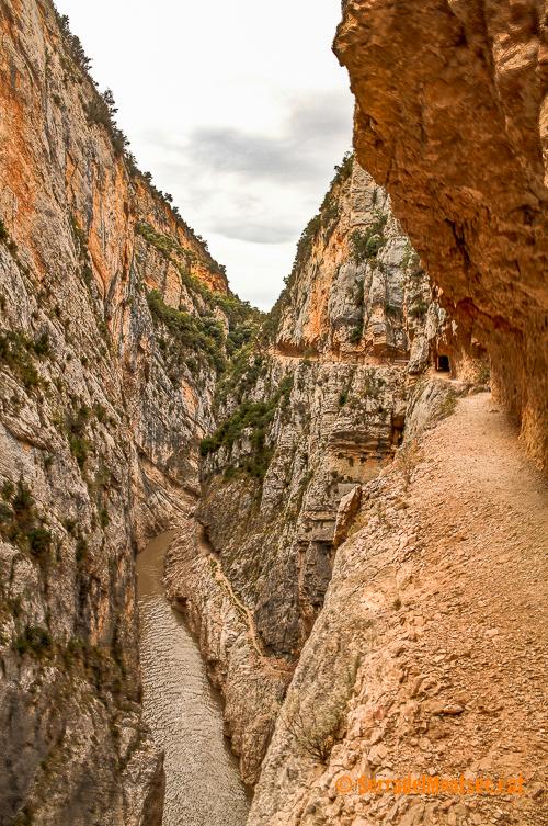 Vista dels dos camins que travessen el Congost de Mont-rebei: l'inferior construit per la Mancomunitat l'any 1924 només visible quan l'aigua del pantà de Canelles és molt baixa. I el superior, l'actual camí transitable construit per ENHER i sender de gran recorrecut GR® 1.