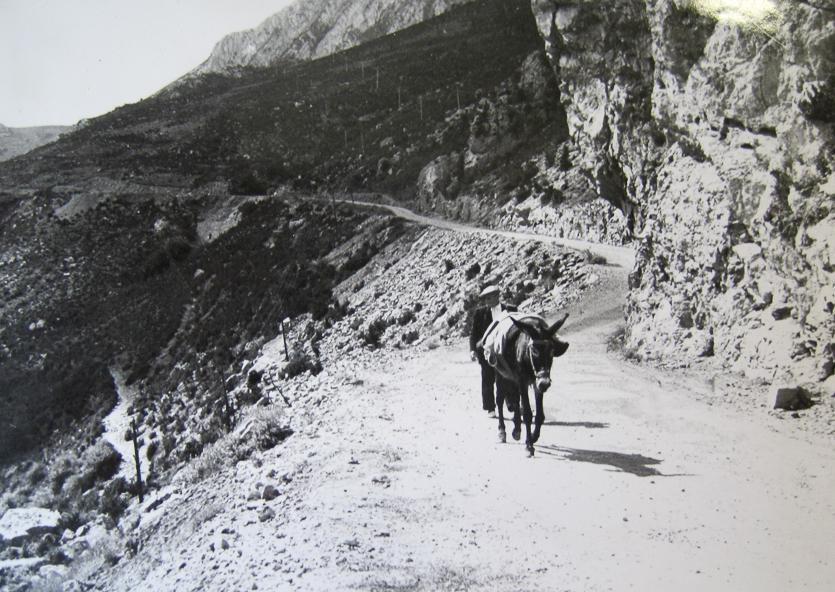 Fotografia antiga que mostra el pas fet excavat a la roca per la Mancomunitat al Congost de Mont-rebei.