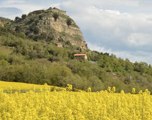 Imatge del tossal del Castell de Toló. A sota, les restes del poble abandonat de Toló i l'allotjament rural sostenible Lo Cel de Toló. Foto: loceldetolo.cat.