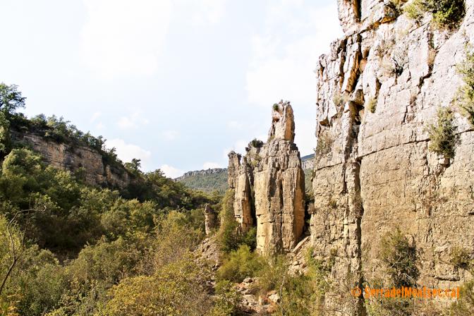 Pinacles i monòlits encara dempeus al despoblat de Montclús, Santa Linya. La Noguera, Lleida. Catalunya, Serra del Montsec.