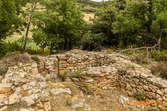 Restes de l'antic poblat medieval de Fabregada, Sant Esteve de la Sarga. Pallars Jussà. Lleida, Catalunya. Montsec d'Ares.
