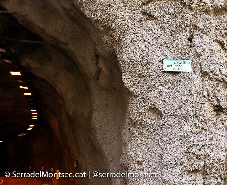Senyal d'inici del camí a la Cova del Tabac. Camarasa, La Noguera. Lleida, Catalunya. Serra de Mont-Roig. Montsec.