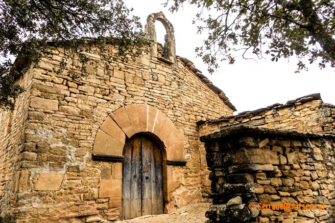 Porta lateral de l'ermita de Sant Marc de Batlliu. Anya, La Noguera. Lleida, Catalunya. Montsec de Rúbies.