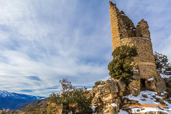 Restes de la torre principal del Castell de Sant Gervàs a Sant Miquel de la Vall amb el Montsec de Rúbies al fons. Gavet de la Conca, Pallars Jussà. Lleida, Catalunya. Vall de Barcedana. Montsec de Rúbies.
