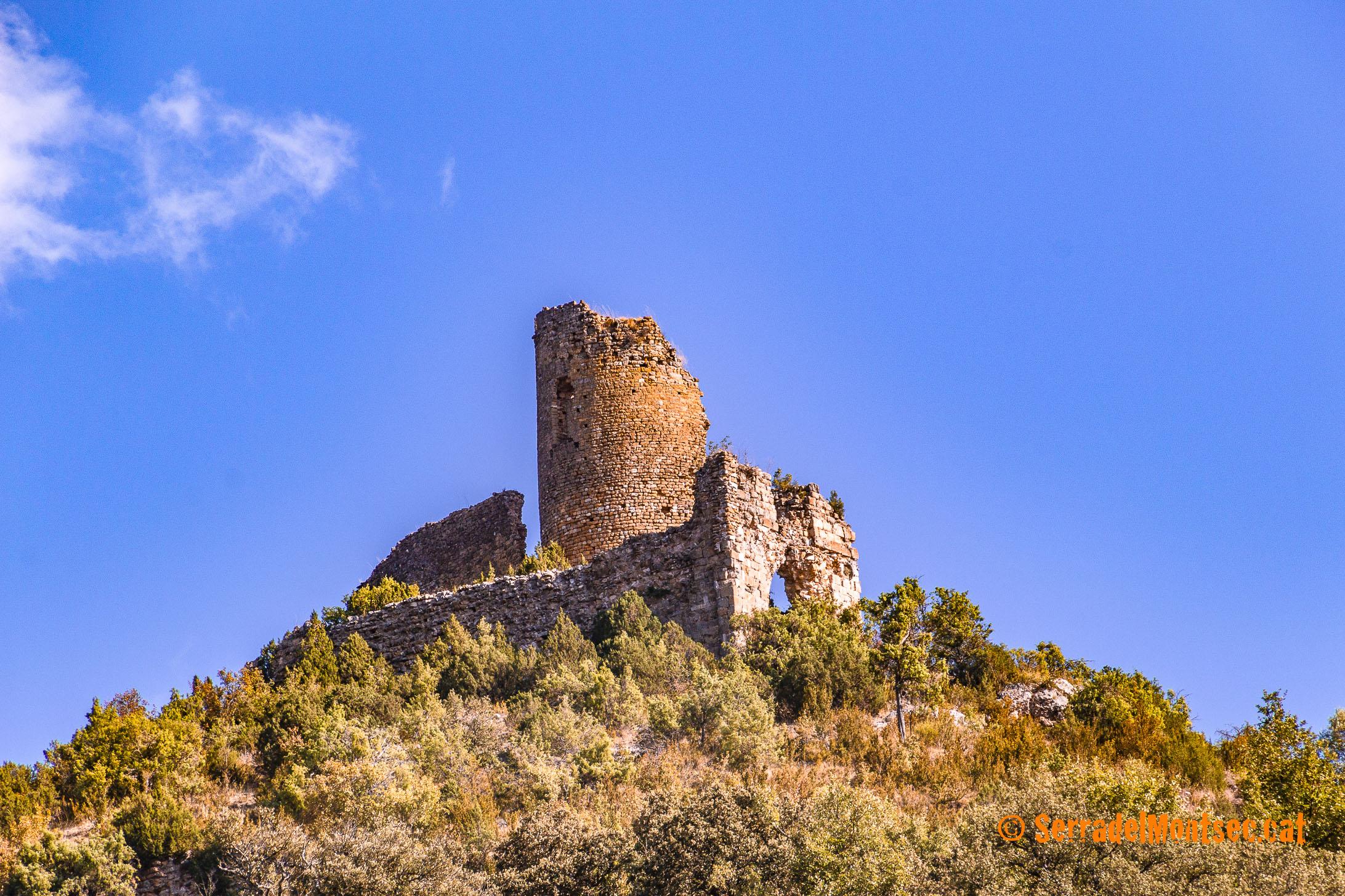 Castell de Falç i, a sota, l'antiga l'església de Sant Just i Sant Pastor de Falç. Tolba, Ribagorça. Osca, Aragó. Montsec de l'Estall.