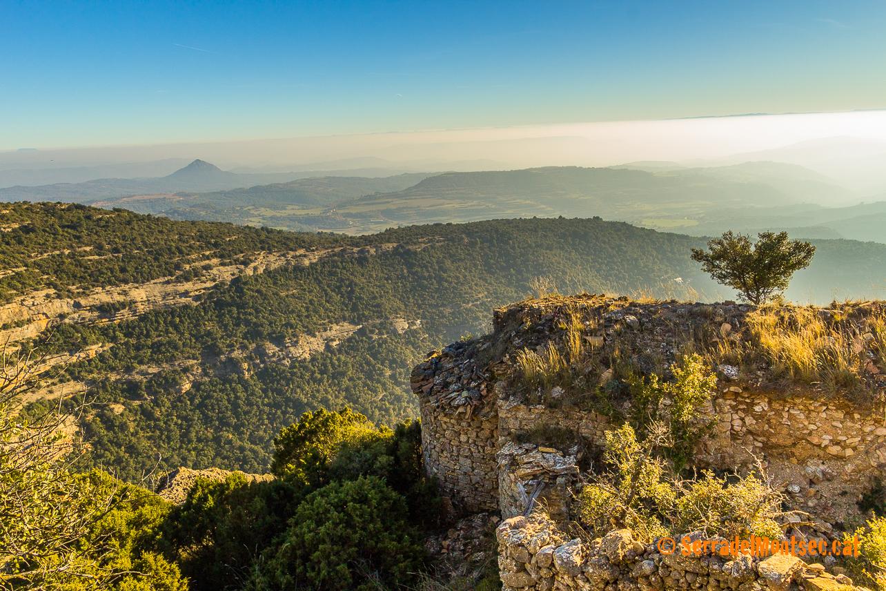 Com un espectacular balcó, el despoblat de Montadó s'obre al migdia sobre la comarca de LaNoguera. Isona i Conca Dellà, Pallars Jussà. Lleida, Catalunya. Montsec de Rúbies (o de Meià).