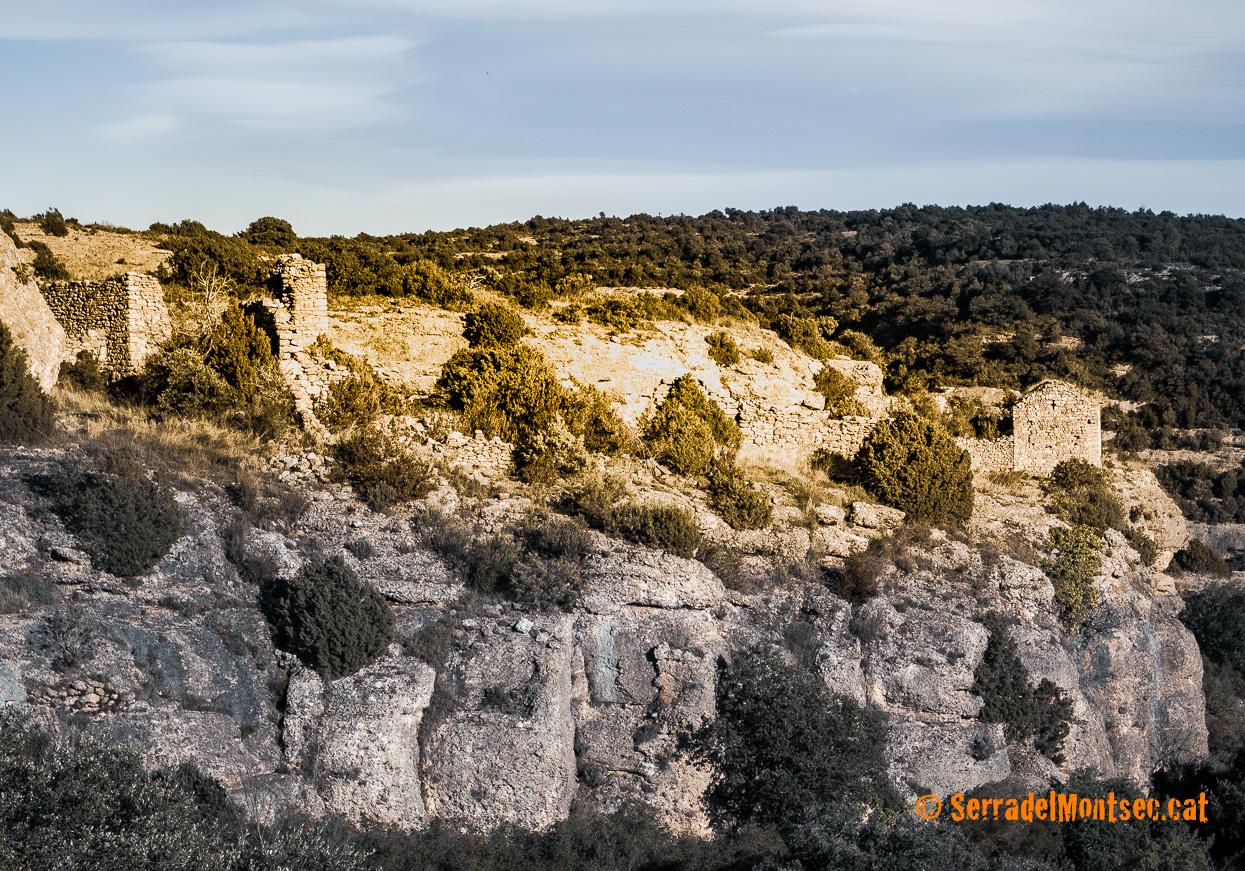 Despoblat de Montadò, a l'esquerra, i l'ermita romànica de Santa Anna, a la dreta. Isona i Conca Dellà, Pallars Jussà. Lleida, Catalunya. Montsec de Rúbies (o de Meià).