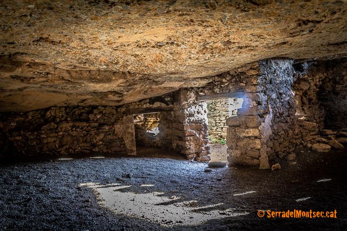 Interior de la Cova de Montadó, Isona i Conca Dellà. Pallars Jussà, Lleida. Catalunya, Montsec de Rúbies (o de Meià).