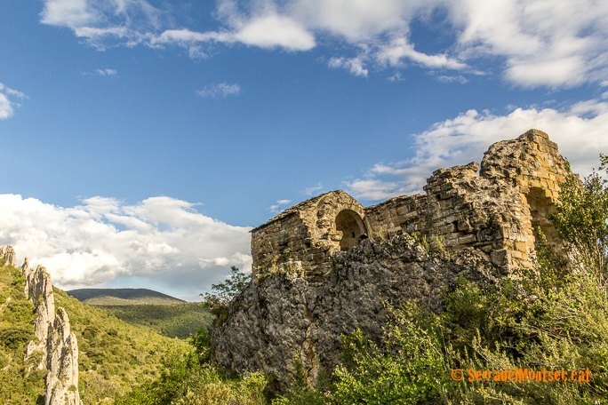 Ermita de Sant Vicenç, situada dins de Les Roques de la Vila de Finestres. Viacamp i Lliterà. Ribagorça. Osca. Aragó. Montsec d'Estall.