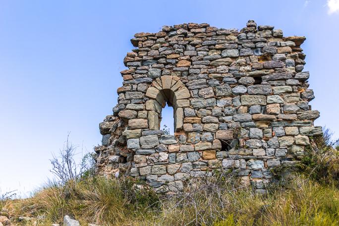 Restes de l'església de Sant Vicenç de Toló. Gavet de la Conca, Pallars Jussà, Catalunya. Montsec de Rúbies (o de Meià).