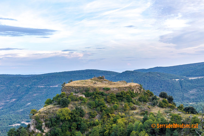 Turó del Castell de Toló. La zona plana i transitable del turó ocupa uns 3.600 metres quadrats i te una llargada màxima d'uns 100 metres. Gavet de la Conca, Pallars Jussà. Catalunya, Montsec de Rúbies (o de Meià).
