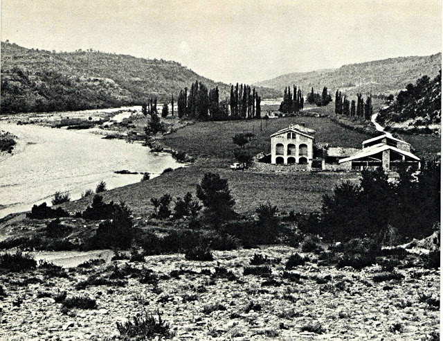 """Masia Mont-rebei, avui coberta per les aigües de l'em- bassament de Canelles. Font: Llibre """"Rius de Lleida"""" de J. Vallverdú i T. Sirera. Edicions Destino 1973."""