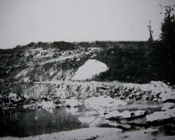 Situació de la roca dels gravats de Mas de n'Olives durant les voledures. Torreblanca, Ponts. Lleida, Catalunya. Montsec de Rúbies.