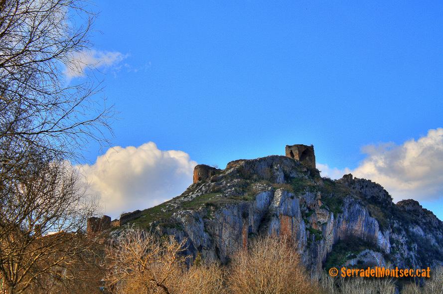 Castell de Rubió de Baix i l'església de Sant Eudald (esquerra). Rubió de Baix. Foradada, La Noguera. Lleida, Catalunya. Montsec de Rúbies i Sant Mamet.
