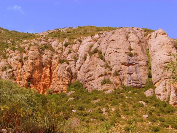 Les Roques Prenyades. Lloc on es troba la Cova del Parco, Alòs de Balaguer. La Noguera, Lleida. Catalunya, Montsec de Rúbies.