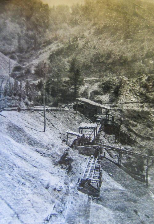 Fotografia antiga de les desaparegudes mines de lignit de Corçà, a la boca sud del Congost de Mont-rebei.
