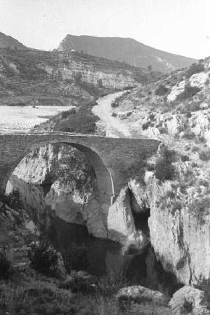 L'Antic Pont de Blancafort que unía el camí de Balaguer a Fet i Estopanyà abans de la creació del Pantà de Canelles. Fotografia posterior al 1911 d'origen desconegut.